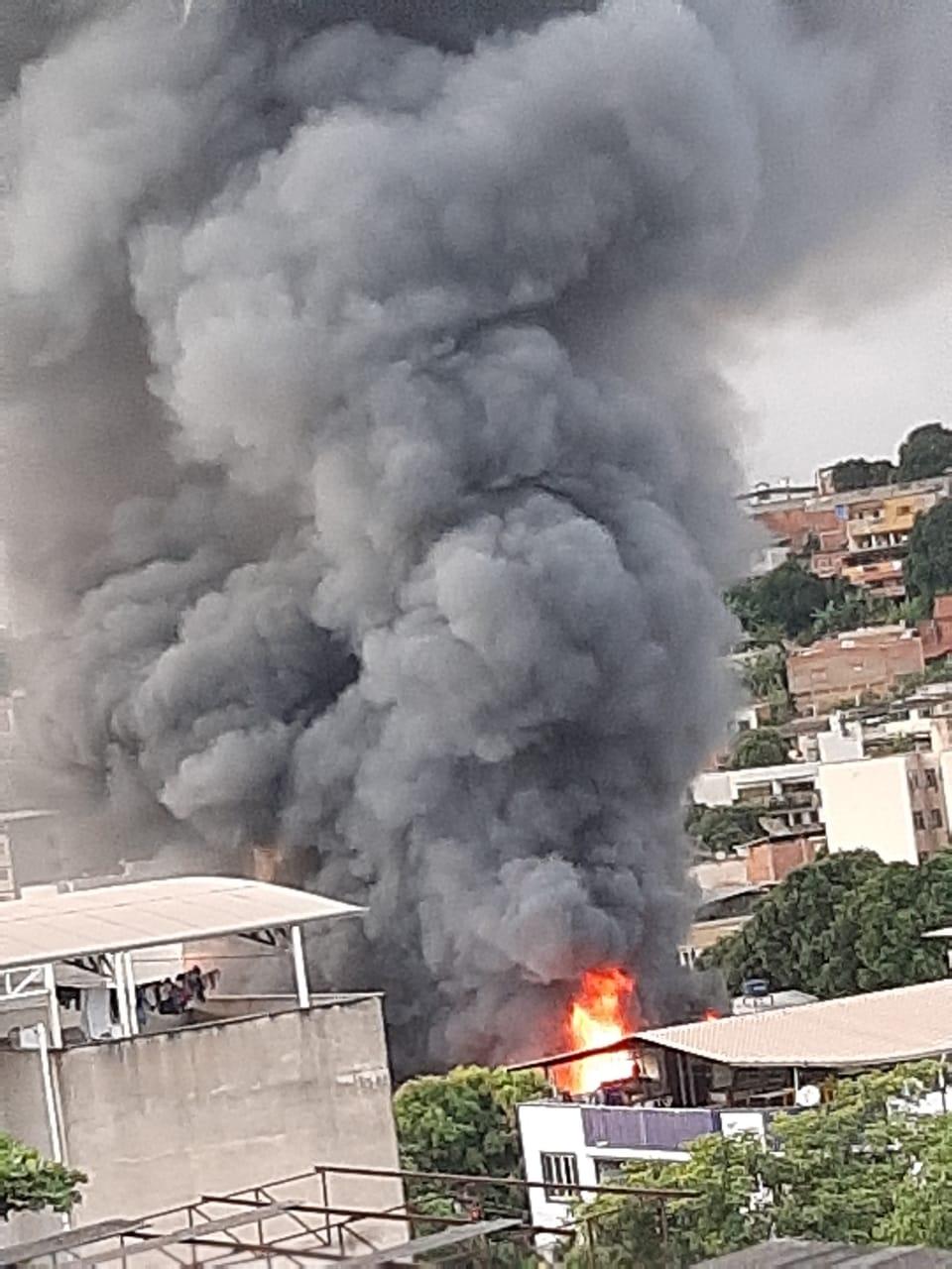 Incêndio na sucateira