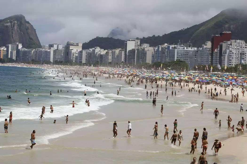 Aglomerações em praias ou festas clandestinas aumentam a disseminação do vírus