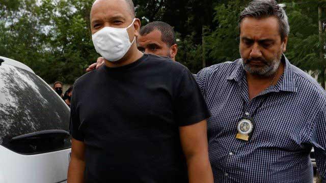 Anderson, do Grupo Molejo, chega à 33ª DP, em Realengo Foto: Luiza Moraes / Agência O Globo