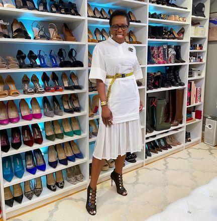 mulher mostra closet com 110 pares de sapatoss