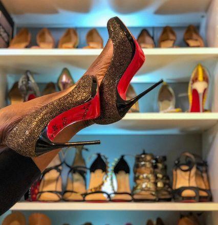 sapatos de solado vermelho