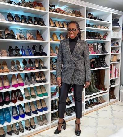 mulher mostra closet de sapatos