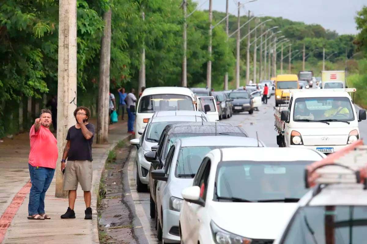 Greve dos caminhoneiros resulta em longas filas em corrida por gasolina em Belo Horizonte