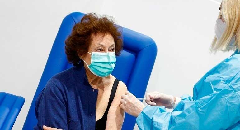 Especialistas italianos consideram que uma dose é capaz de proteger quem já se infectou GUGLIELMO MANGIAPANE/REUTERS