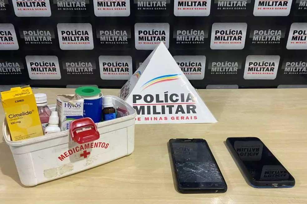 Foram apreendidos dois celulares e medicamentos na casa do casal  Foto: Polícia Militar / Divulgação