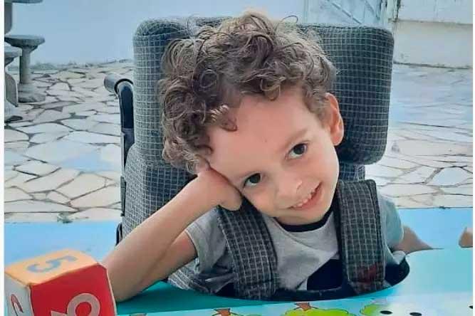 Théo não teve acesso ao diagnóstico da doença com o teste do pezinho feito na época do seu nascimento  Foto: Reprodução Instagram
