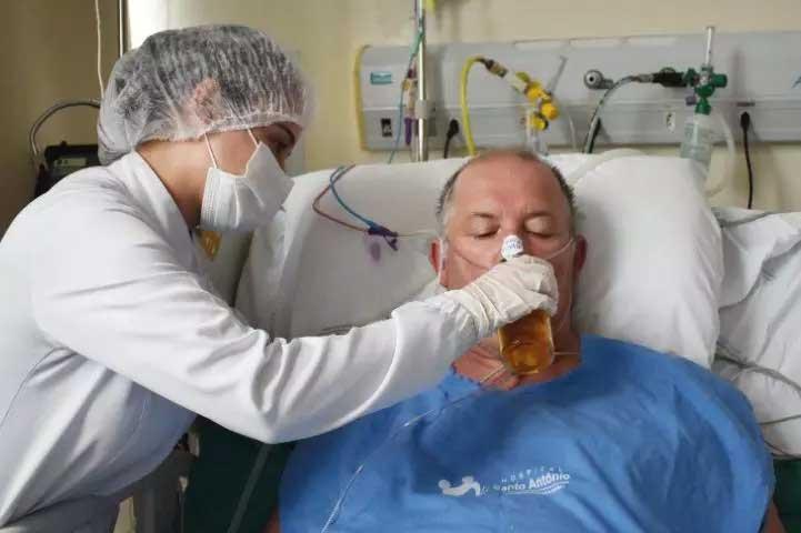 Eduardo tomou uma cerveja geladinha após ficar internado  Foto: Hospital Santo Antônio/divulgação