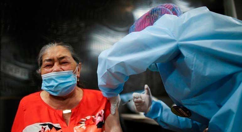 Cerca de 2,4 milhões de pessoas já foram vacinadas contra a covid-19 na Colômbia LUISA GONZALEZ / REUTERS - ARQUIVO