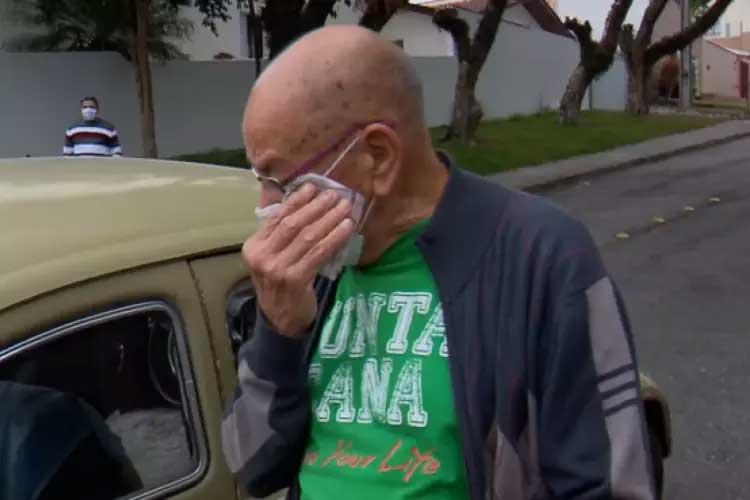 Marcelo Siqueira, 87 anos, se emociona ao ganhar o próprio Fusca como presente de seus ex-alunos  Foto: Reprodução/RPC