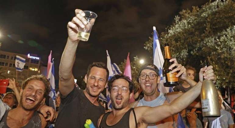 Israelenses já estavam liberados para ficar sem máscaras ao ar livre JACK GUEZ / AFP