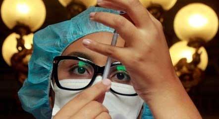 Agente de saúde do Rio de Janeira prepara vacina contra a covid-19 MARCOS DE PAULA/PREFEITURA DO RIO