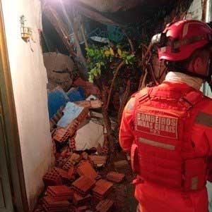 Muro da casa despencou REPRODUÇÃO/BOMBEIROS MG