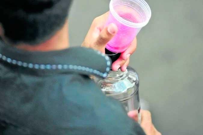 Pessoas que fazem pesado consumo de álcool estão mais vulneráveis - (crédito: Breno Fortes )