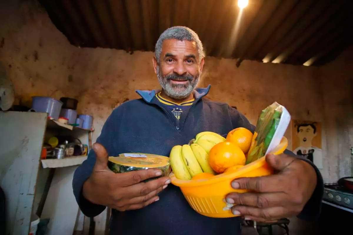 Jorge Gomes Nonato, de 51 anos, mostra, com um sorriso no rosto, alimentos para refeição Foto Foto: Alex de Jesus/O TEMPO
