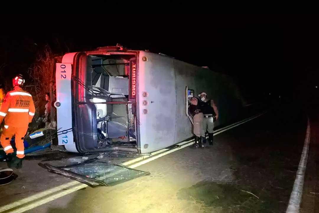 Motorista relatou que a direção do veículo travou e ele perdeu o controle do coletivo Foto Foto: Corpo de Bombeiros/Divulgação