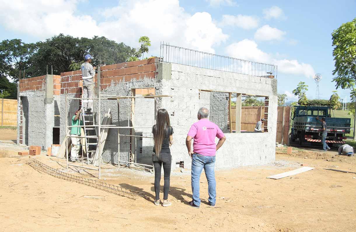 A PREVISÃO dos construtores é que os pergolados dos quiosques comecem a ser instalados nos próximos dias.(CRÉDITOS: SECOM-PMI)