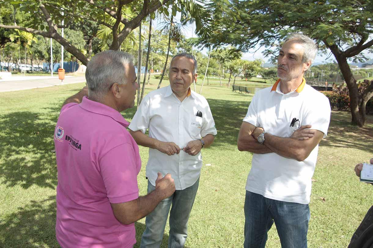 O PREFEITO conversa com os engenheiros Marcos Vargas e Jorge Monteiro, da construtora que é responsável pelas obras de dois dos três módulos de quiosques.(CRÉDITOS: SECOM-PMI)