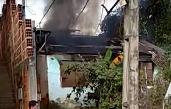Casa pega fogo em Timóteo; veja o vídeo (1)