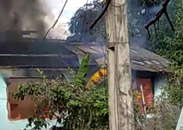 Casa pega fogo em Timóteo; veja o vídeo (2)
