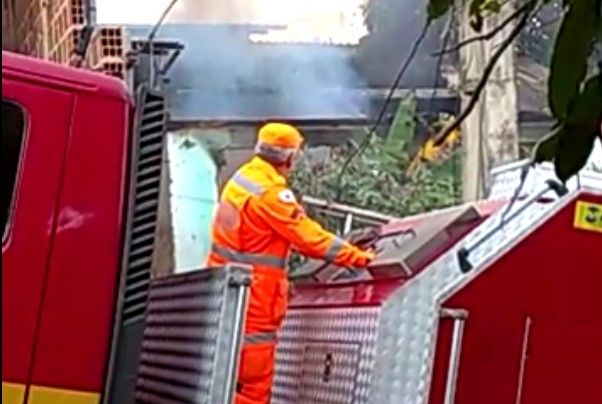 Casa pega fogo em Timóteo; veja o vídeo (3)