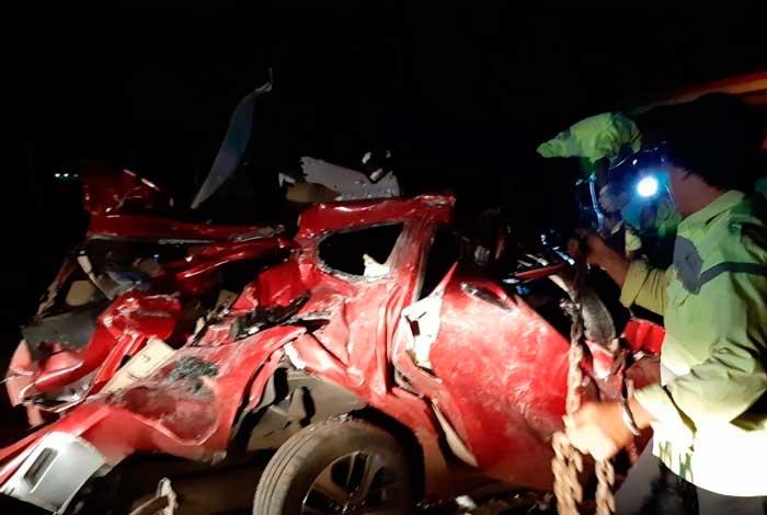 Policiais inspecionam destroços de um carro envolvido em um acidente com um ônibus em uma estrada com pedágio em Majalengka, no oeste de Java, na Indonésia - Handout / West Java Police/ AFP