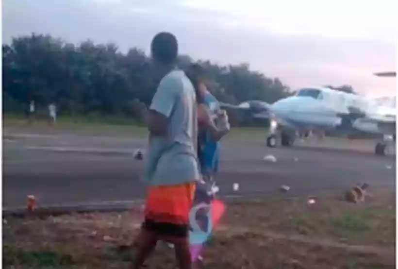 Pessoas ocupavam entorno da pista do aeroporto de Muriaé durante decolagem (foto: Reprodução)