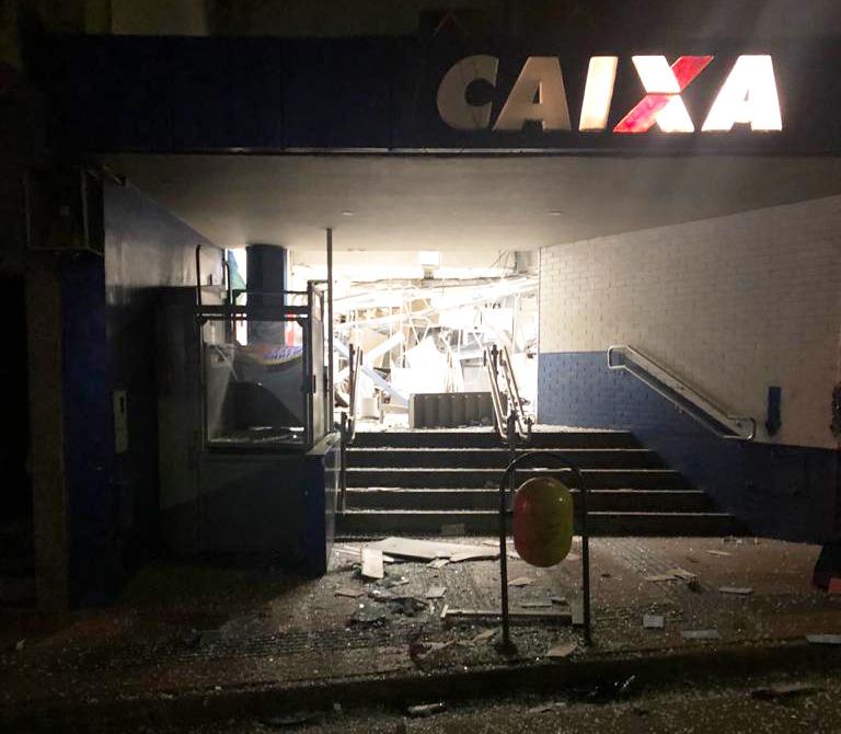 Três suspeitos de tentarem assaltar uma agência da Caixa Econômica Federal no município de Brumadinho-MG