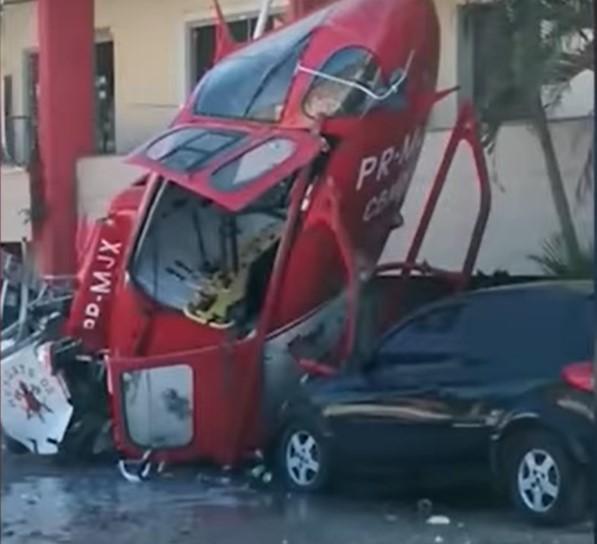 Vídeo mostra helicóptero dos bombeiros caindo em estacionamento; veja (2)