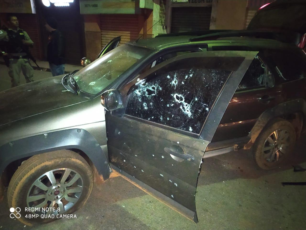 Veículo utilizado pelos suspeitos ficou com várias marcas de disparos