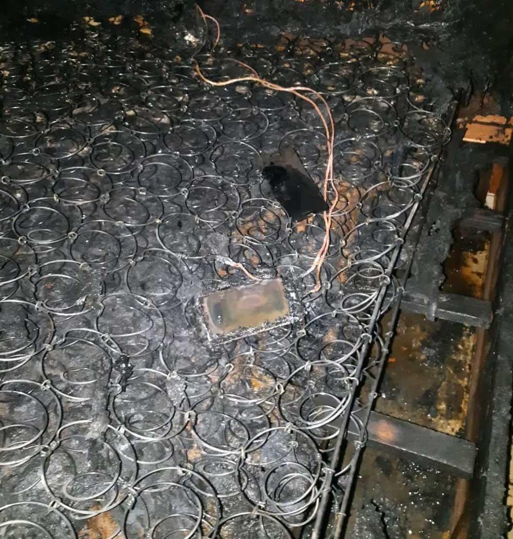 Celular estava ligado à tomada em casa de Piedade — Foto: GCM/Divulgação
