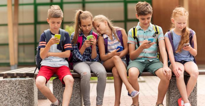 criancas no celular
