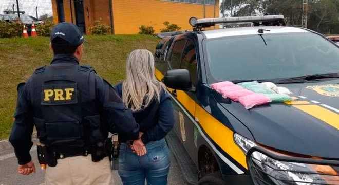 PRF prende garota de 18 anos com 16 mil comprimidos de ecstasy Divulgação Polícia Rodoviária Federal de São Paulo