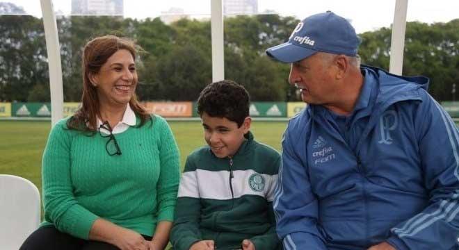 Silvia e Nikollas com Felipão quando foram conhecer os jogadores do Palmeiras Divulgação Palmeiras