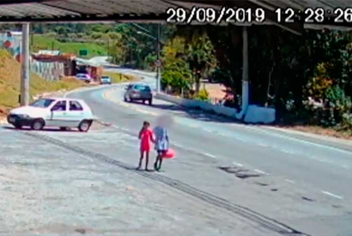 Imagens divulgadas pela TV Globo mostram menina de mãos dadas com adolescente suspeito - Reprodução