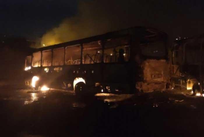 Um dos sete ônibus incendiados durante guerra de traficantes rivais em Costa Barros: intenso tiroteio alterou a circulação de trens e metrô - Reprodução / Wesley Ramon