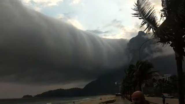 Nuvem de rolo desperta admiração e medo entre os banhistas da praia de São Conrado Foto: Facebook