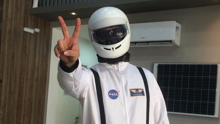 Homem vestido de astronauta em Ipatinga