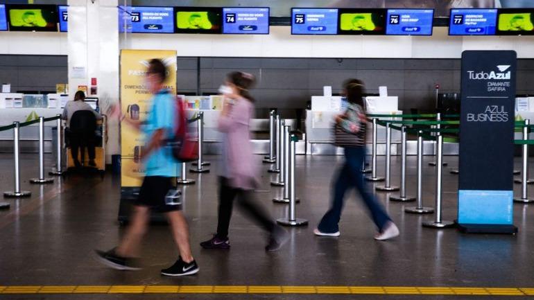 pessoas em aeroporto