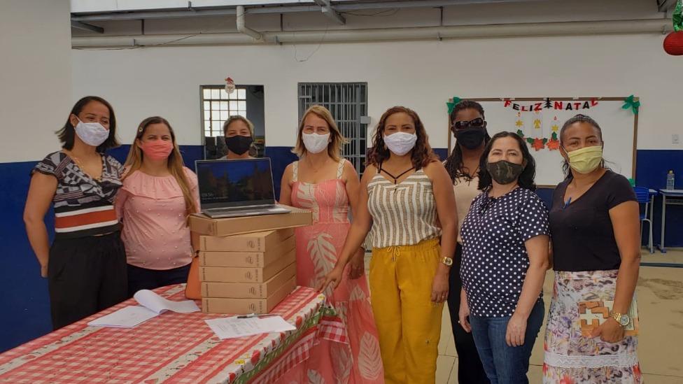 Professores de Santana do Paraíso recebendo os computadores