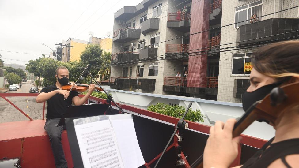 mulher tocando violino para moradores de Ipatinga