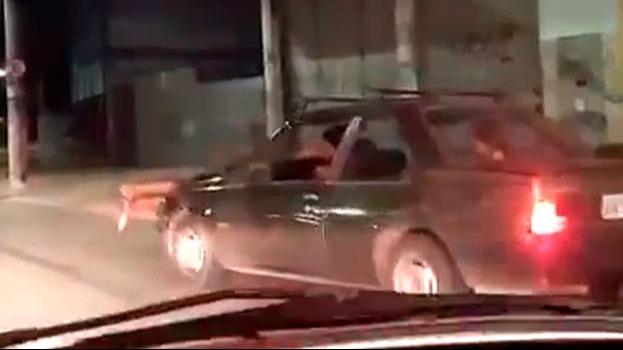 Homem flagrado dentro de capô em BH