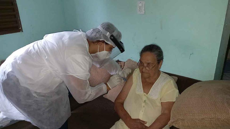 Idosos sendo vacinados em Santana do Paraíso
