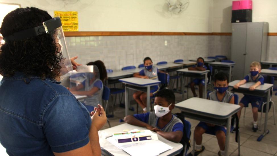 professor e alunos em sala