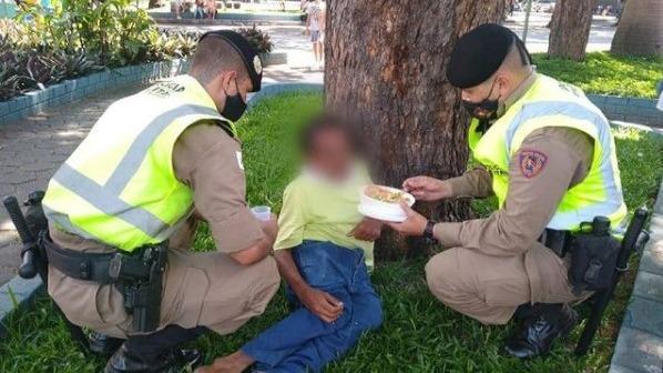 Policiais ajudam morador de rua a se alimentar em Ipatinga; imagem viraliza
