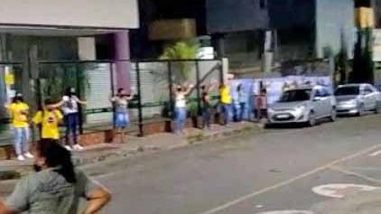 Grupo de pessoas se reúne para orar em frente ao hospital de Fabriciano