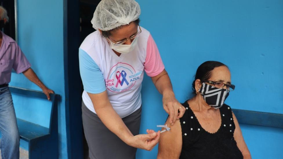 Idosa sendo vacinada