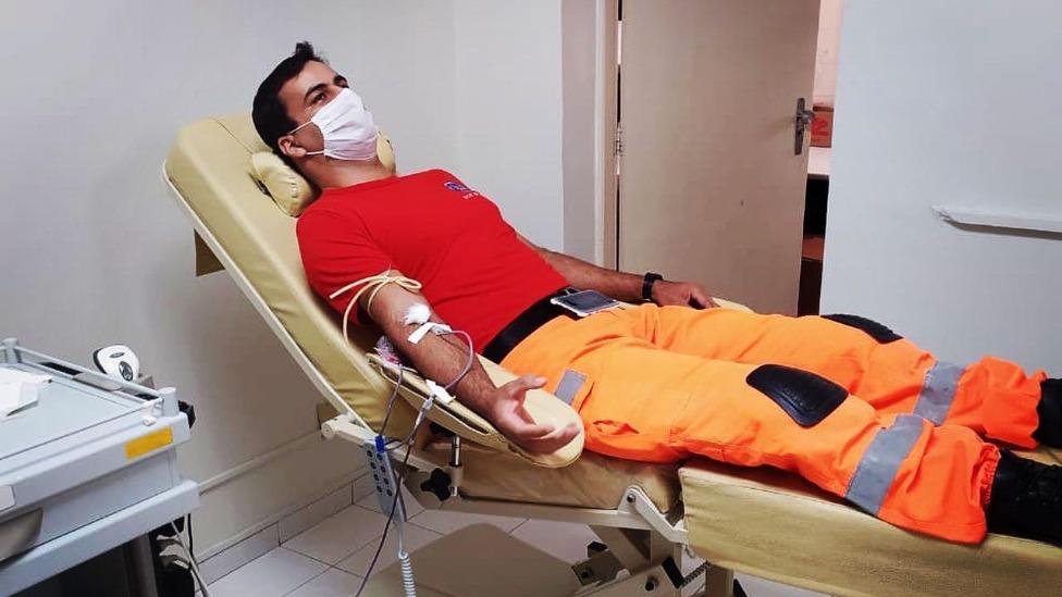 militar doando sangue