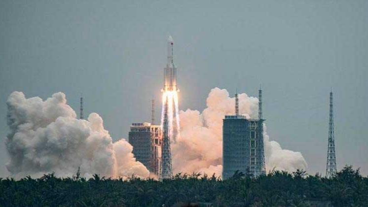 Foguete Longa Marcha 5B foi lançado pela China no último dia 29 de abril MATJAZ TANCIC / EFE - EPA - 29.4.2021