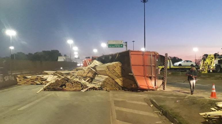 Carretas tombam e causam congestionamento no Anel Rodoviário de Belo Horizonte