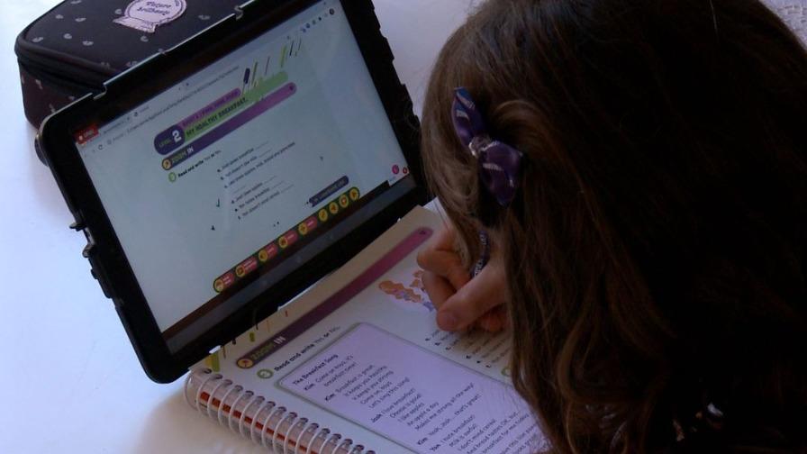 Criança estudando a distância